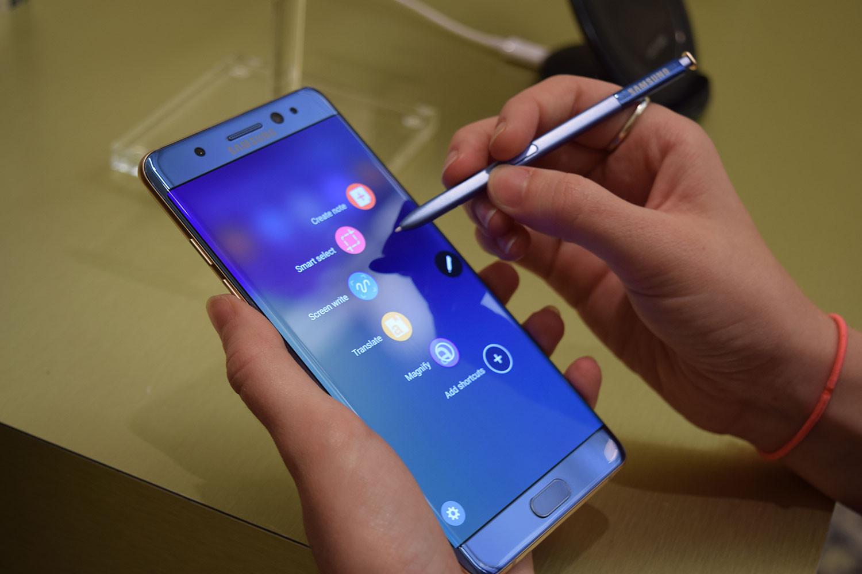 Самсунг объявит овозможных причинах сильного пожара Galaxy Note 7 в сегодняшнем месяце