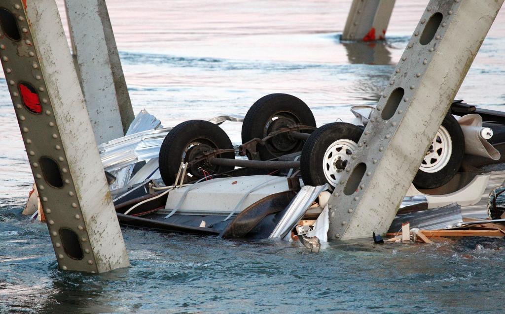 Автомобиль упал вреку вцентральной части Москвы