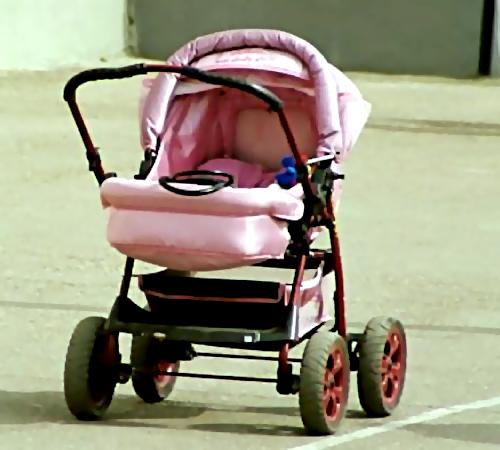 Насевере столицы автомобиль сбил натротуаре коляску сгрудным малышом