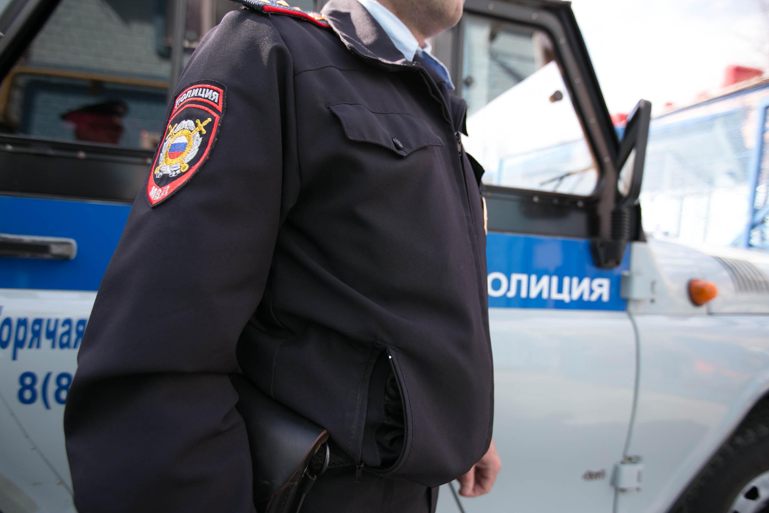 Сотрудники полиции работают на месте перестрелки в Петербурге