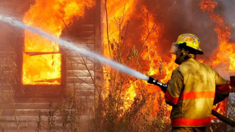 Мужчина умер напожаре вСаратовской области, спасая семью