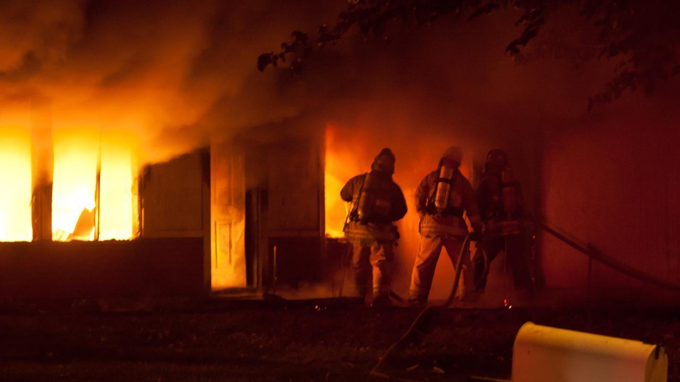 ВКраснодаре пожар накрыше шестиэтажного дома перекинулся насоседний
