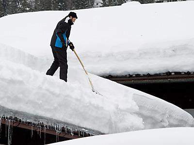 В Томске мужчина сорвался с крыши, убирая снег