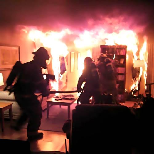 Пожарные Хабаровска тушили огонь вдесятиэтажном доме