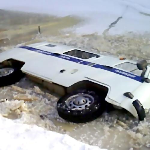 ВХабаровске ехавшая навызов полицейская машина провалилась под лед