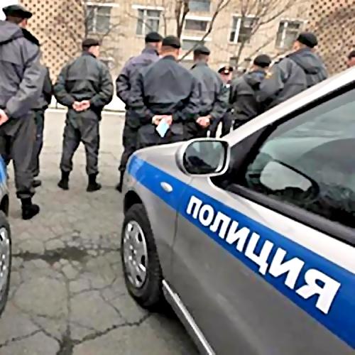 Смелый работник Росгвардии запрыгнул нанесущуюся машину наркодилеров