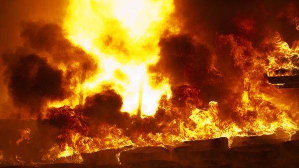 ВБарнауле восемь пожарных расчетов тушили пожар в личном секторе
