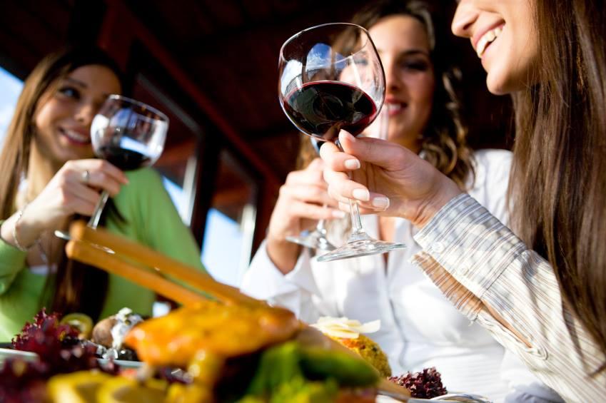 Ученые: Рацион питания может испортиться из-за ужинов сдрузьями