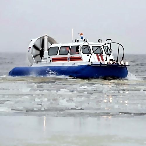 2-х молодых людей сняли сунесенной вморе льдины около Владивостока