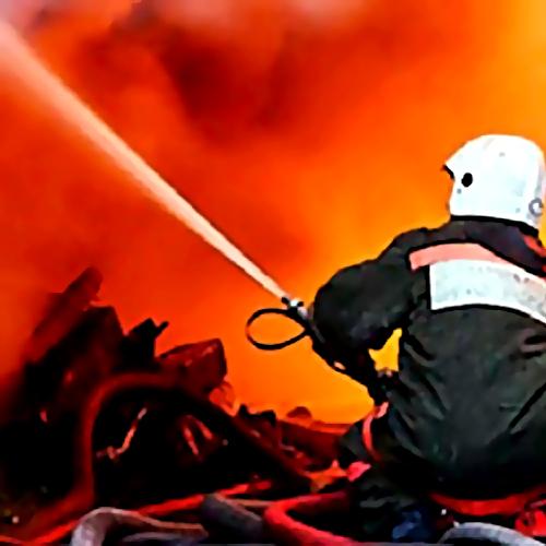 Работники МЧС потушили пожар вторговых ларьках вШушарах