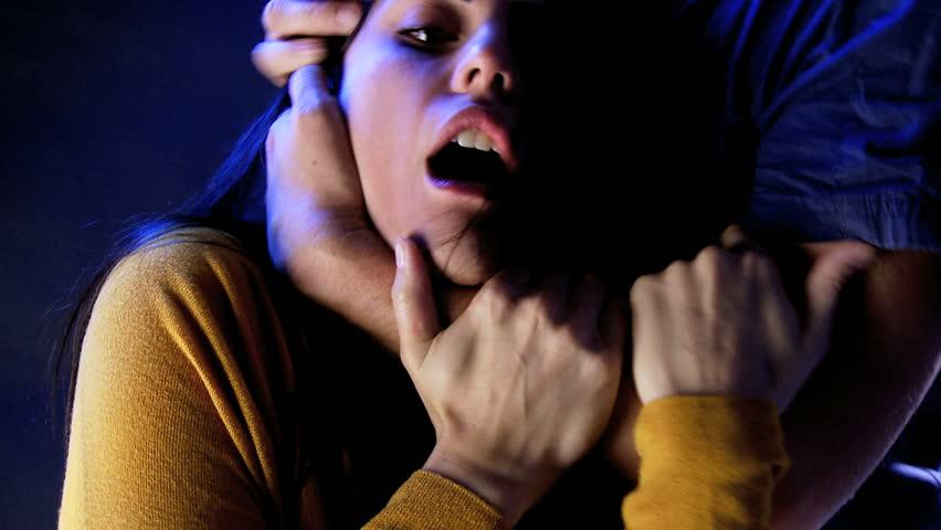 54-летний гражданин Зеленограда пытался задушить 15-летнюю девочку