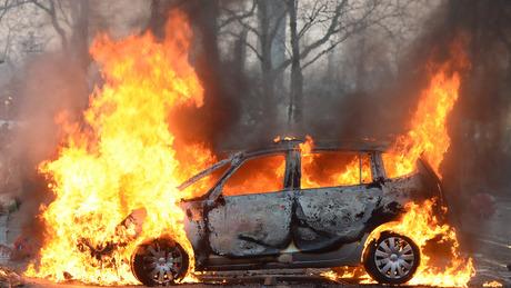 Фото ивидео изСанкт— Петербурга: Напроспекте Науки сгорел автомобиль