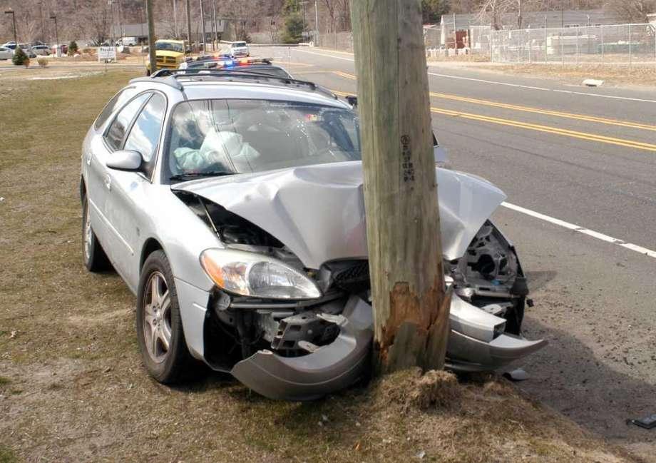 ВТверской области автомобиль врезался встолб. Есть пострадавшие
