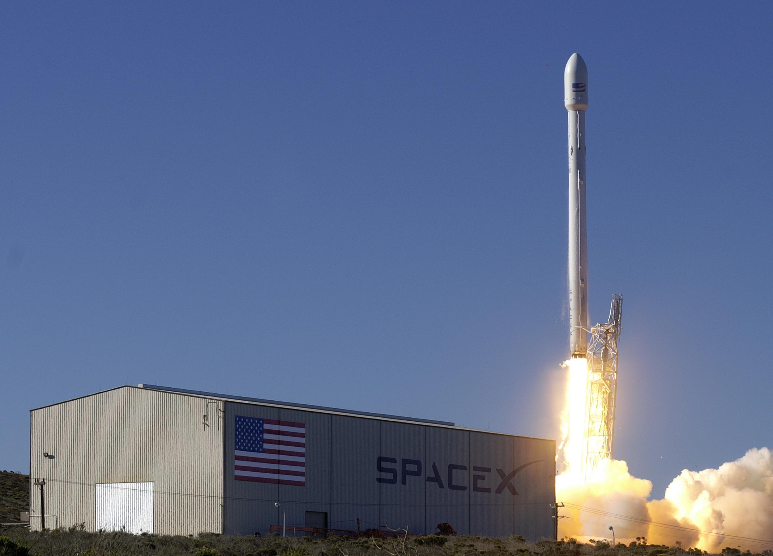 SpaceX удачно посадила первую ступень наплавучую платформу