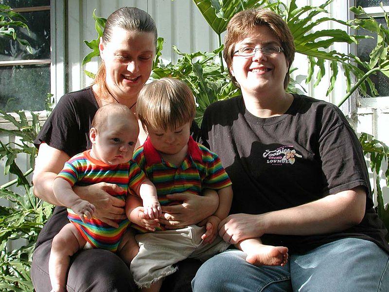 Гомосексуальность родителей не влияет на взросление ребенка- специалисты.