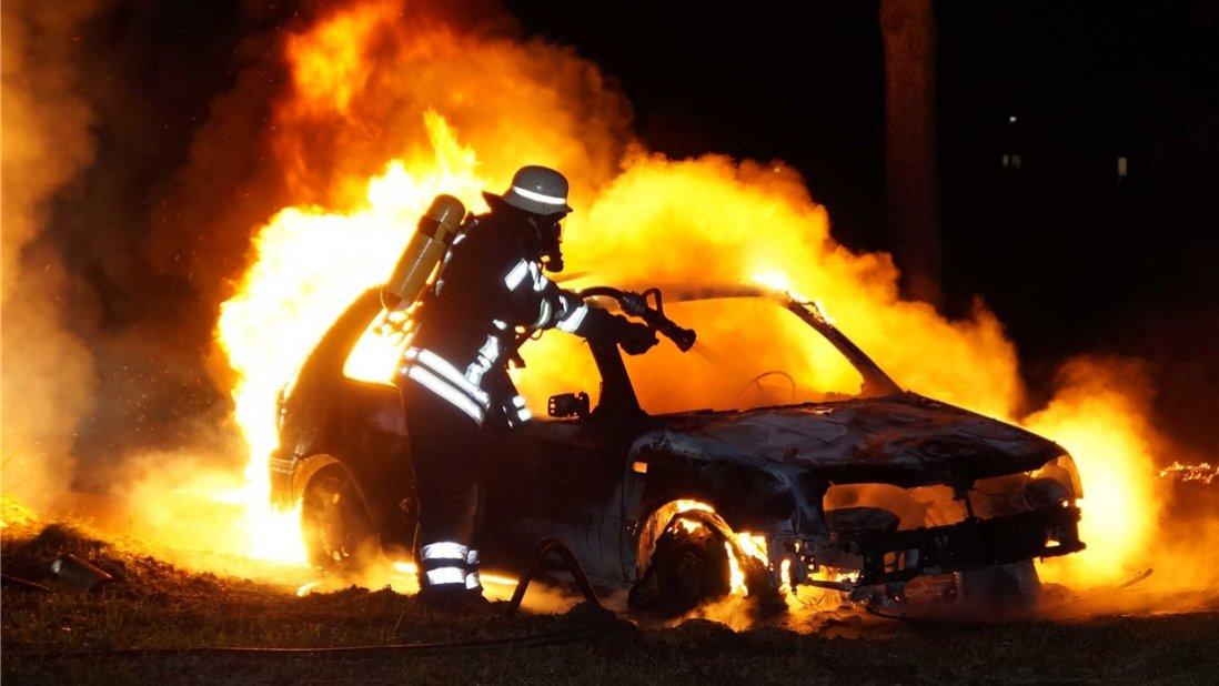 ВУльяновске сгорел железный гараж смашиной Лада Granta внутри