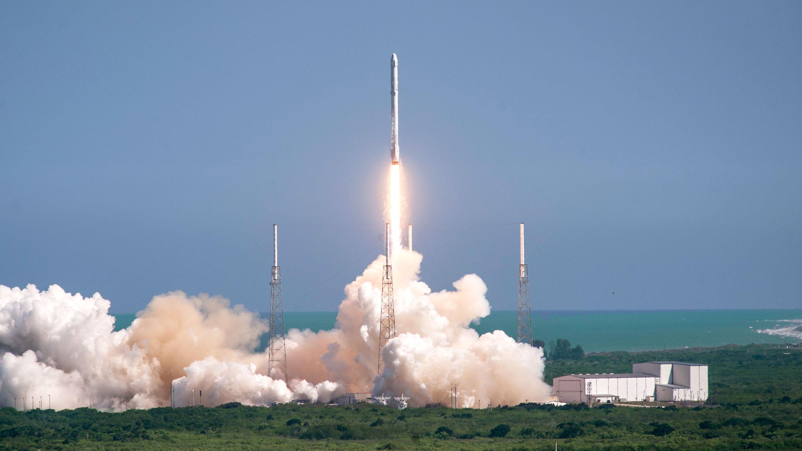 SpaceX запустит наорбиту Falcon 9 своенным спутником 30апреля