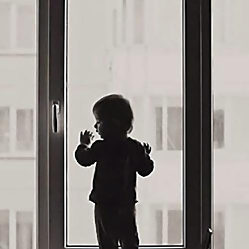ВХабаровске 3-летняя девочка разбилась, выпав изокна