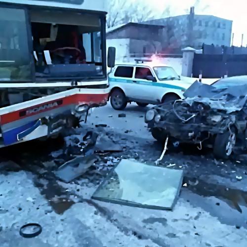 ВПермском крае иностранная машина врезалась вавтобус: погибли три человека