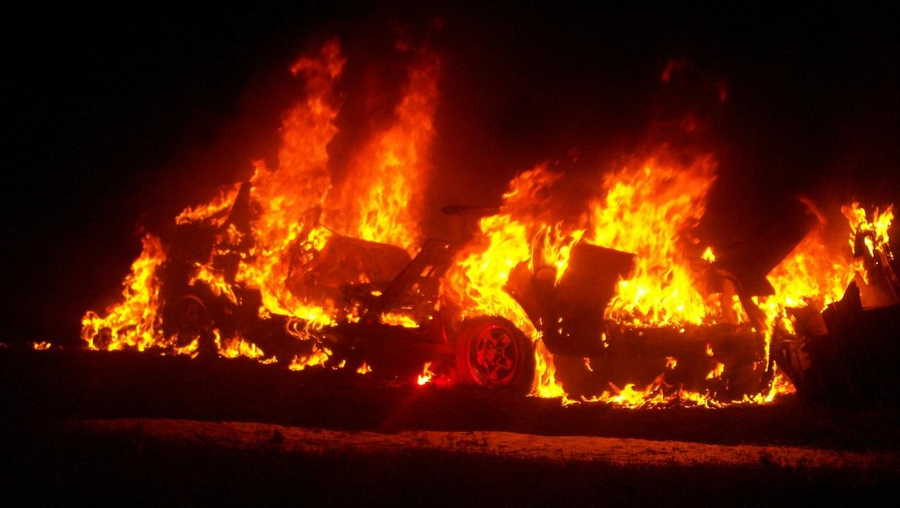 ВЕкатеринбурге ночью сгорел БМВ ипострадал отогня Форд