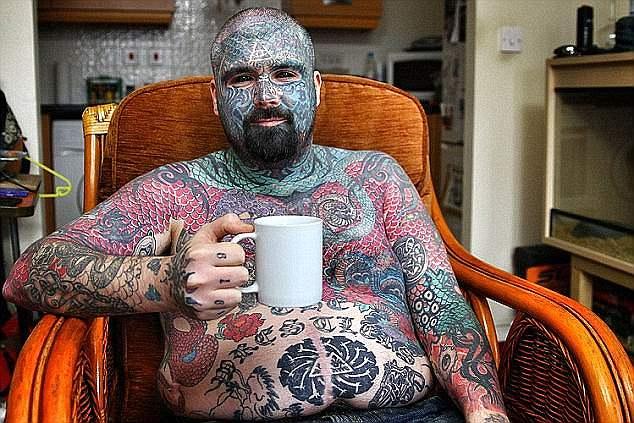 Самый татуированный англичанин может лишиться руки из-за очередного имплантата