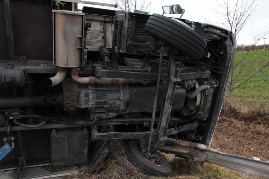 Натрассе «Кола» перевернулся грузовой автомобиль спеченьем