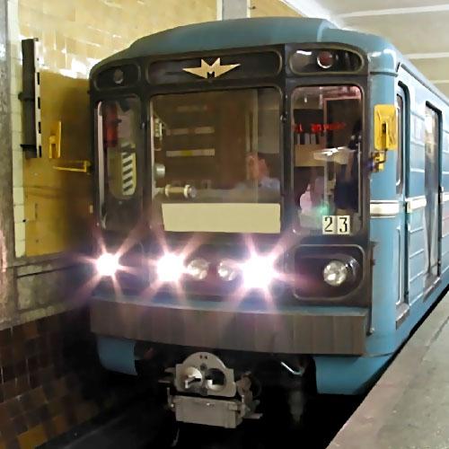 Мужчина умер  настанции метро «Братиславская» в столицеРФ , зацепившись запоезд