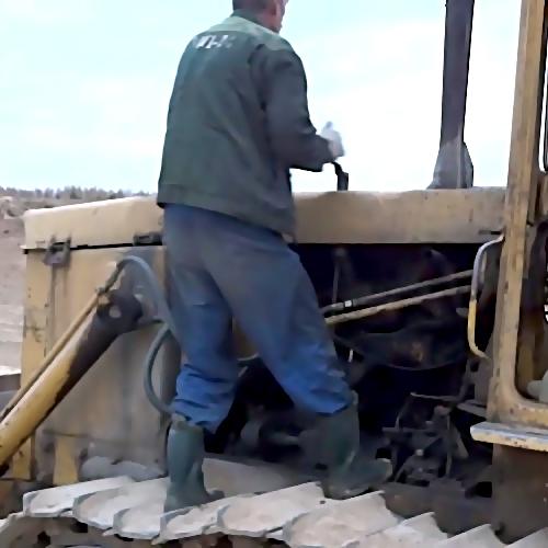 ВЛенобласти рабочего затянуло под гусеницу бульдозера