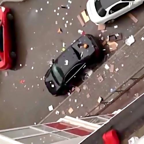 Уфимец поломал 5 машин, выкидывая изокна вещи