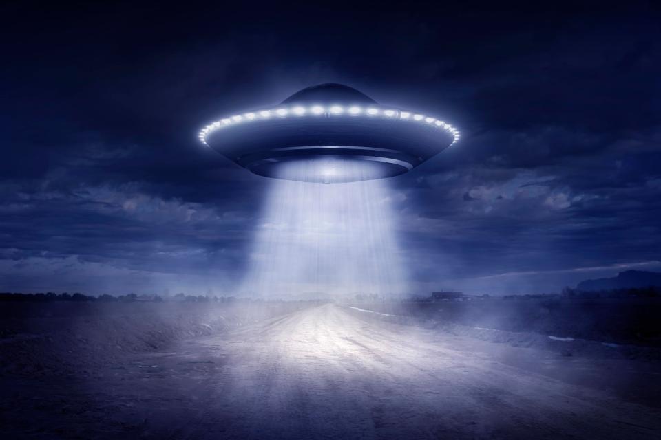 Всетях появилось видео таинственного  НЛО вформе полумесяца