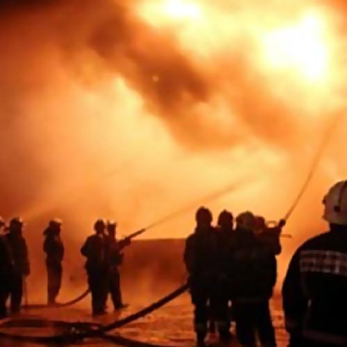 Наместо пожара ангара вПодмосковье выехали 26 служащих МЧС