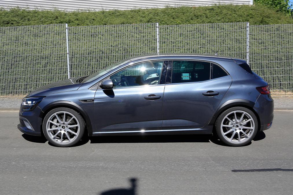 Новый Renault MeganeRS засняли без камуфляжа