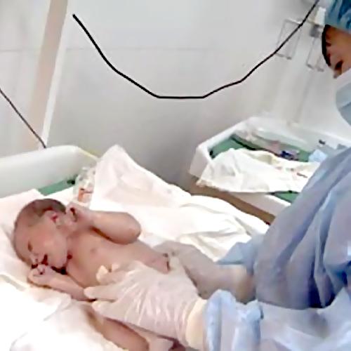 Новорожденную девочку подкинули вподъезд жилого дома воВладивостоке