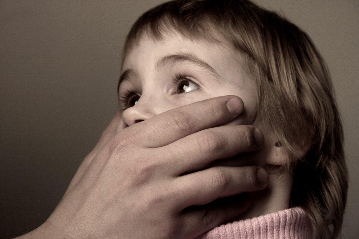 Отчим надругался над 10-летней девочкой вЛенобласти