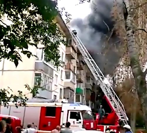 ВХабаровске пару часов тушили мощный пожар вжилом доме