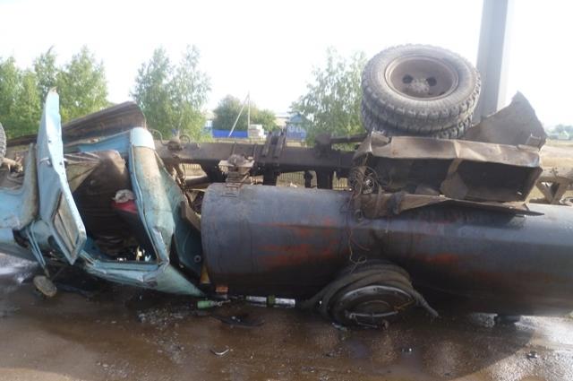 Натрассе «Казань-Оренбург» бензовоз столкнулся савтомобилем «Калина»
