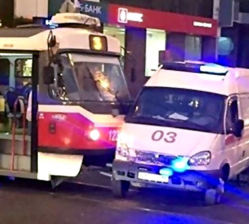 ВКраснодаре трамвай протаранил машину скорой помощи