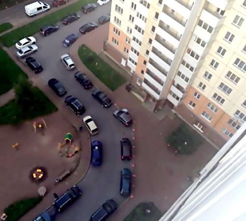 Татуированный мужчина выпал сбалкона многоэтажки наМаршала Захарова