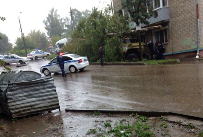 ВКирове «Урал» уходя отстолкновения задавил женщину иврезался вдом