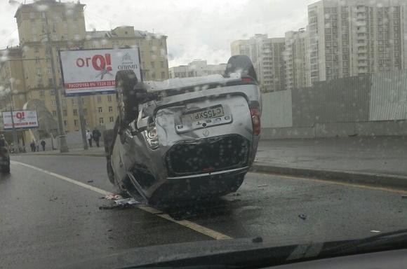 Автомобиль перевернулся после ДТП наюге столицы