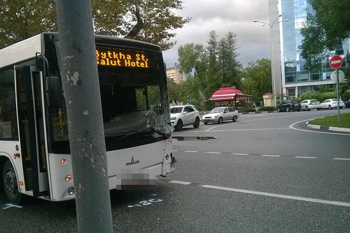 ВСочи легковушка врезалась впассажирский автобус