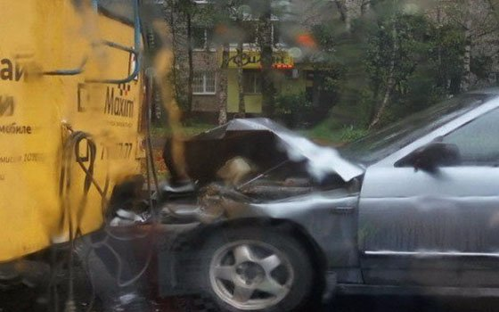 ВСмоленске «десятка» столкнулась строллейбусом