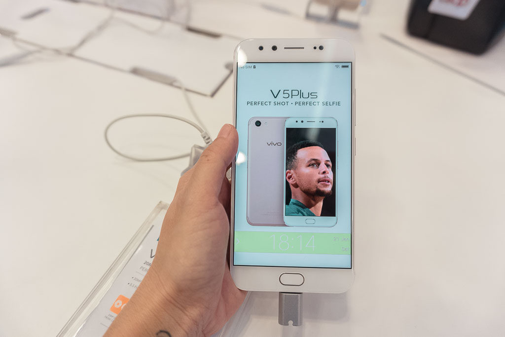 Vivo V11 сподэкранным сканером оценен в17 990 руб.