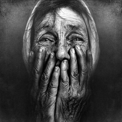 ВАстрахани днем наплощади Свободы мужчина ограбил 75-летнюю пенсионерку