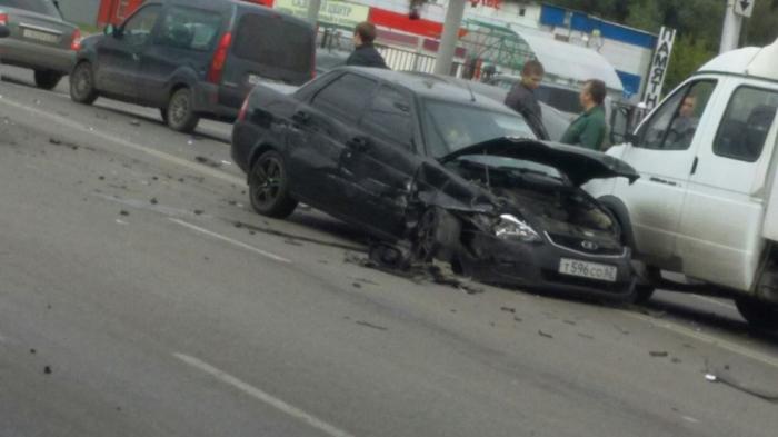 НаМосковском шоссе «Лада-Приора» столкнулась счетырьмя автомобилями