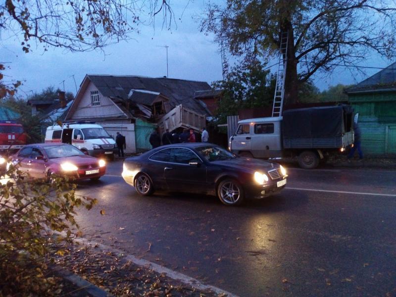 ДТП вЗвенигороде: «КамАЗ» врезался в дом, шофёр умер