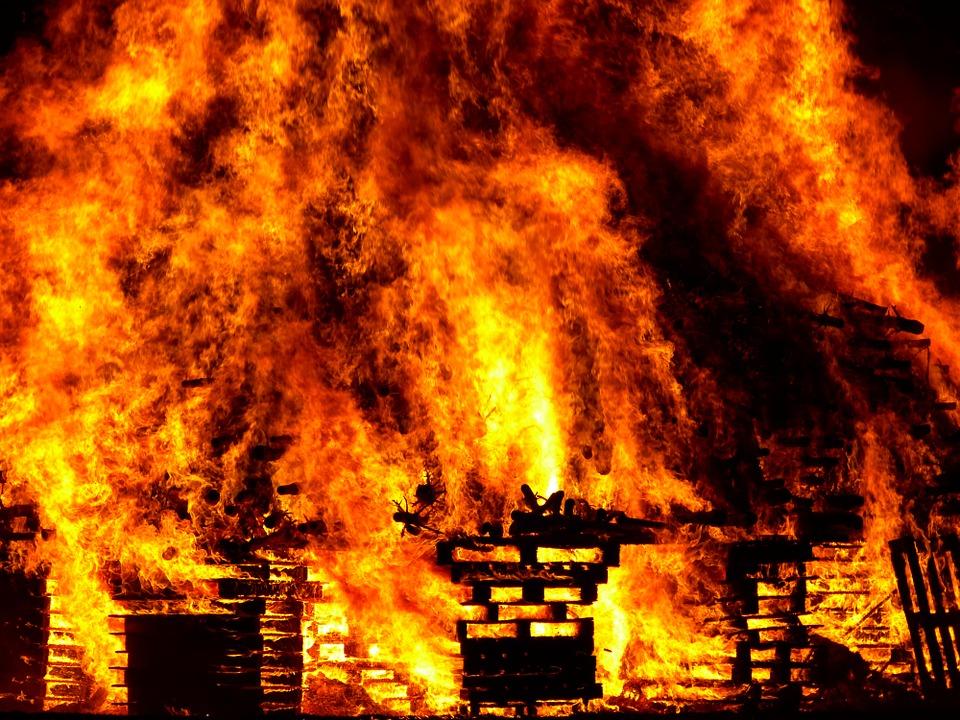 Спящая девочка погибла отугарного газа из-за пожара всоседней квартире