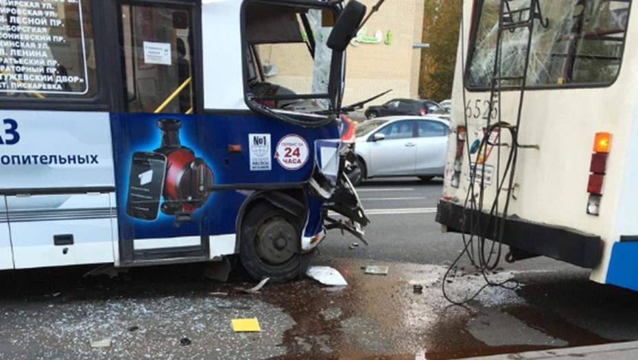 Маршрутка иавтобус неподелили остановку наКоломяжском проспекте, есть пострадавшие