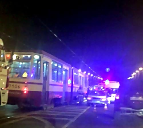 Молодой мужчина попал под трамвай наНародной улице вПетербурге