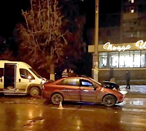 Три человека пострадали вДТП синомаркой имаршруткой вБежице